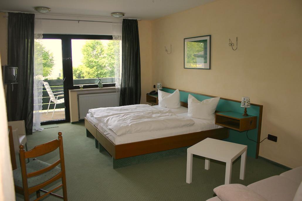 hotel-nederrijn-slaapkamer-balkon - Groepsaccommodatie Limburg